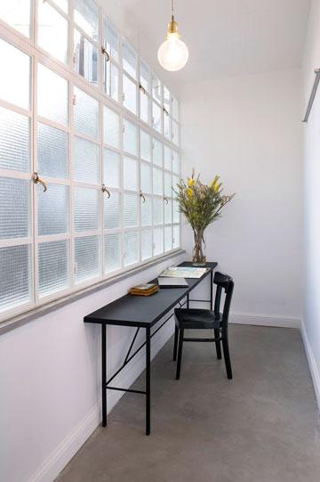 בדלת הכניסה ובחלונות חדר העבודה שולבה זכוכית מחוסמת שמכניסה אור טבעי אבל מגינה מעיני סקרנים (צילום: גלית דויטש)