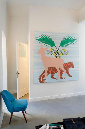 ציור של כרם אלון מול המיטה בחדר השינה. משמאל: דלת חדר הרחצה (צילום: גלית דויטש)