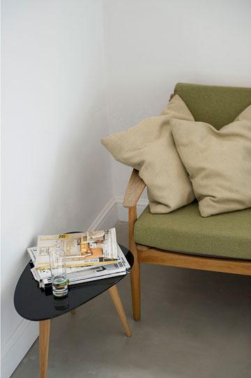 ספה ירוקה ושולחן קפה קטן (צילום: גלית דויטש)
