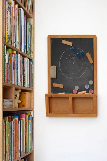 לוח גיר בחדרו של נדב (צילום: עדי גלעד)