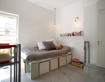 בחדר של יעל מיטה מכוורת מדפים שנצבעה והושכבה (צילום: עדי גלעד)