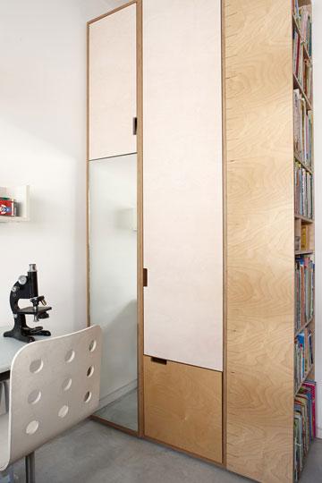 ארון הבגדים תוכנן על ידי גדעון סגל ופוצל לשניים. זה החלק שנמצא בחדר של נדב (צילום: עדי גלעד)