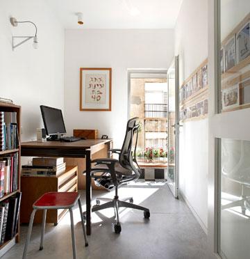 חדרון העבודה, עם מרפסת נעימה ודלתות זכוכית (צילום: עדי גלעד)