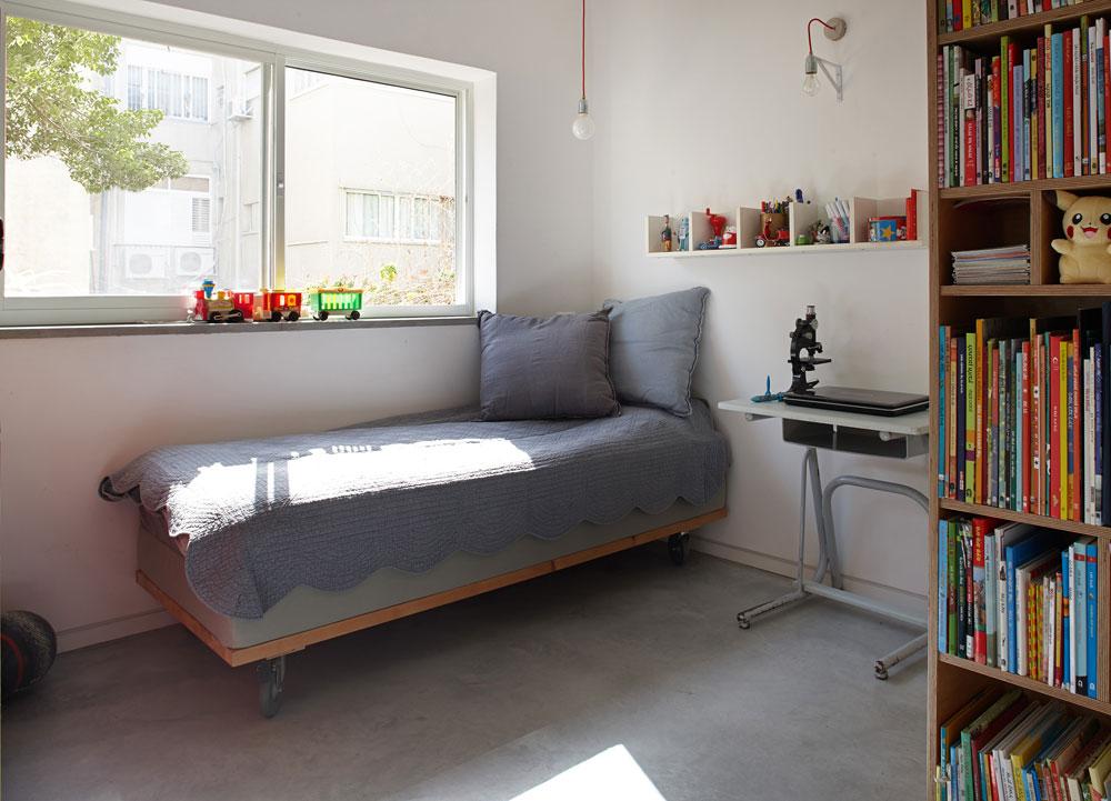 שלושת חדרי הילדים קטנים: כ-8 מ''ר כל אחד. בחדרו של נדב חציו של ארון קיר איכותי, שהיה בדירה הקודמת וחולק בין שני חדרים (צילום: עדי גלעד)