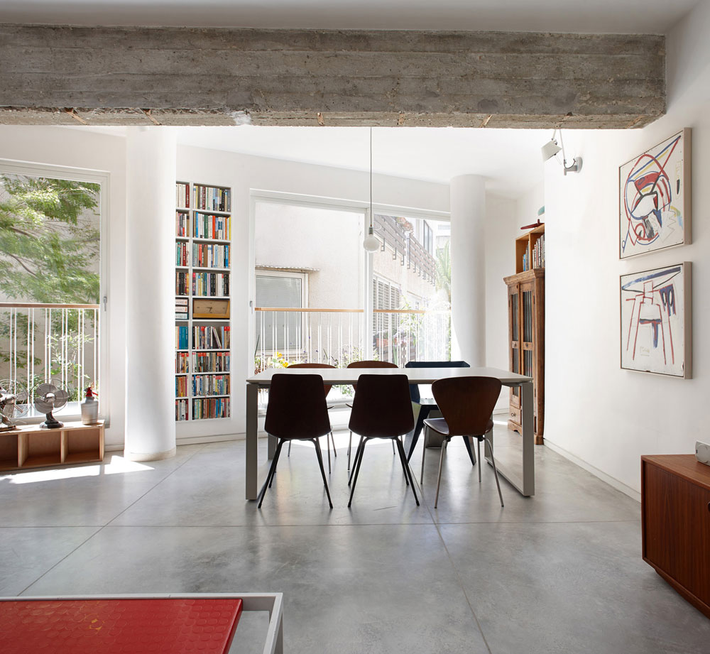 את שולחן האוכל, שניצב במקום המרפסת לשעבר, עיצבה איכהולץ-פורת עם שותפתה למשרד. על הקיר תלויים שני ציורים של ליז חג'ג'  (צילום: עדי גלעד)