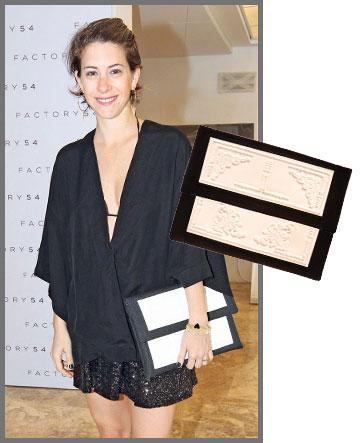 דפנה לוסטיג מוסיפה לבן לשחור עם תיק של מדוזה (429 שקל) (צילום: רפי דלויה, עומר מסינגר)