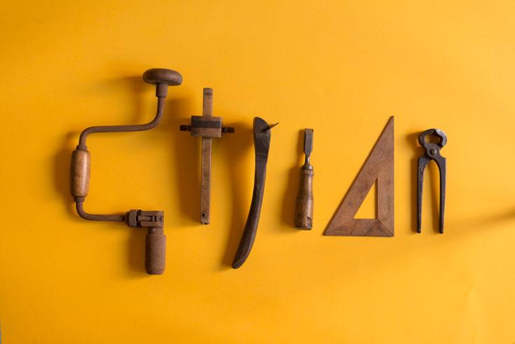 כמה ממגוון רחב של כלי עבודה שהיו בדירה (צילום: גדעון לוין)