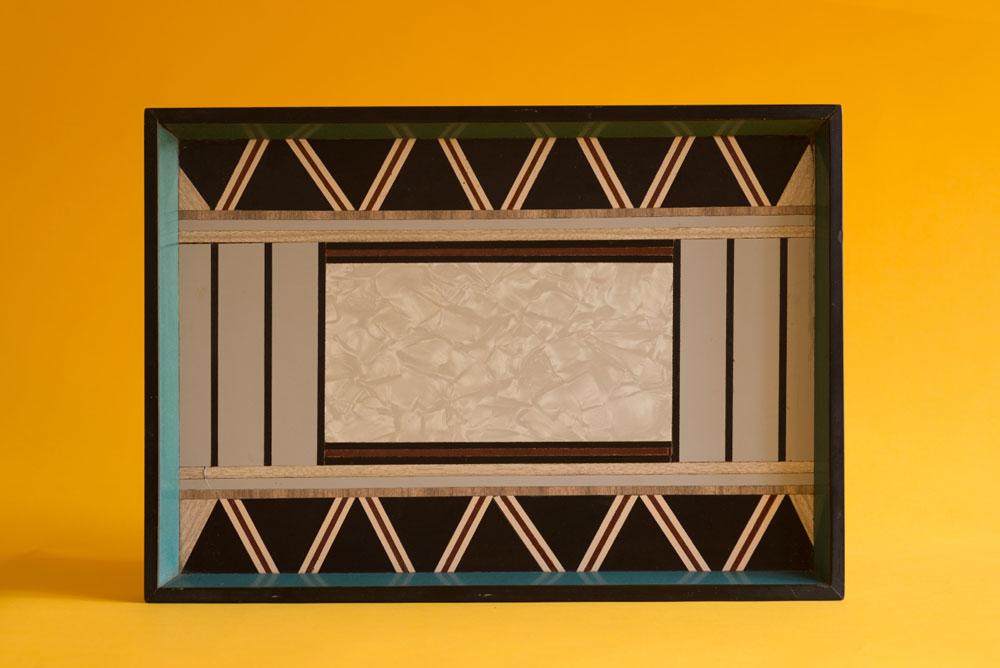 מגש עם דוגמה שהוכנה מגזירי פורמייקה (מבט מלמעלה) (צילום: גדעון לוין)