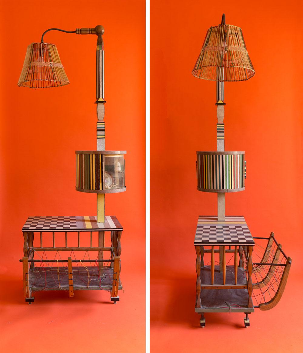 בסלון: מנורה עומדת שהיא גם לוח שחמט וגם מתקן לעיתונים. על מוט המנורה גליל שחלקו פסי פורמייקה צבעוניים וחלקו פרספקס שקוף, לתצוגת חפצי נוי קטנים (צילום: גדעון לוין)