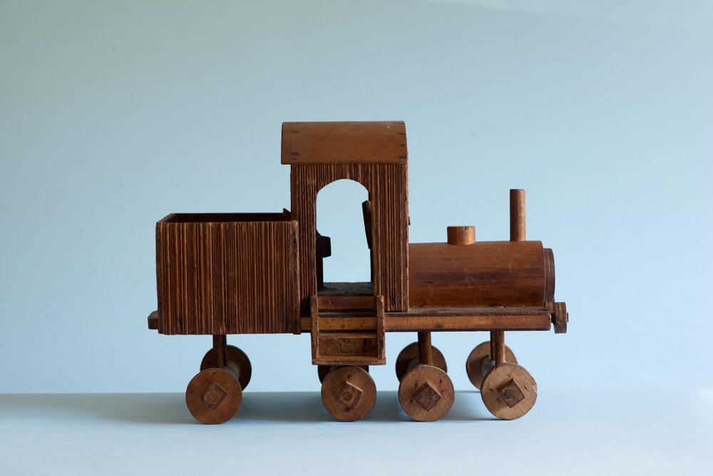 קטר של רכבת הצעצוע שהכין ראובן לילדיו (כל קרון בגודל של דף A4 לערך). תמונה של הרכבת כולה תוכלו לראות בסוף הכתבה (צילום: גדעון לוין)