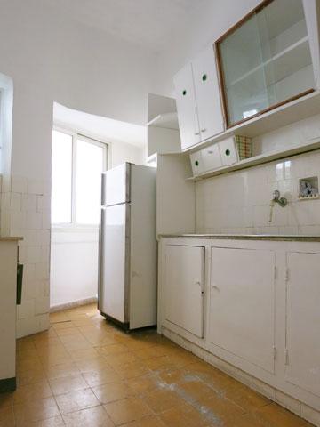 המטבח הישן בדירה עדיין במצב טוב (צילום: חן שטיינברג)