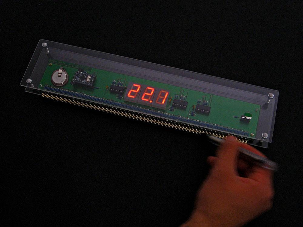 """גוף הסרגל. אב הטיפוס הראשון נבנה בתוך מארז פיצה. """"חודשיים הסתובבנו עם קופסת פיצה שהייתה מלאה בכבלים. זו הייתה הפעם הראשונה שבה נתקלנו בעולם התכנות והאלקטרוניקה"""" (צילום: שי שפרנק)"""