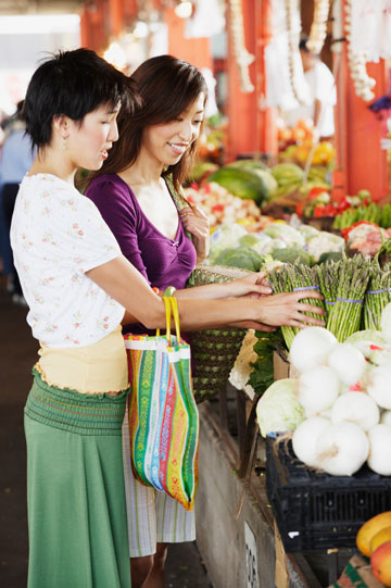 תזונה יפנית מסורתית מכילה מרכיבים טבעיים טריים: ירקות, עשבי מרפא, עשבי תיבול, דגי ים טריים ואצות (צילום: thinkstock)