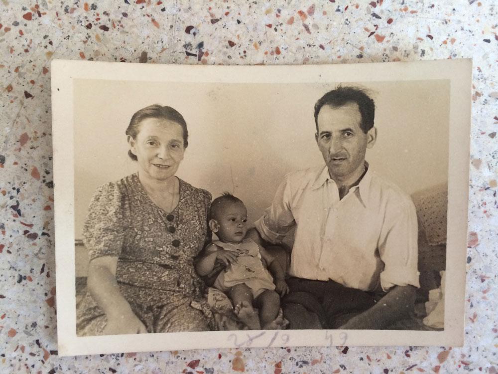 ראובן וביילה רינקביץ, ואחד משלושת בניהם. ביילה לא הלכה לאולפן: היא למדה עברית בעזרת מילון פולני-עברי, שגם הוא נשמר היטב ונמצא בדירה (צילום: ליאת זילברשטיין)