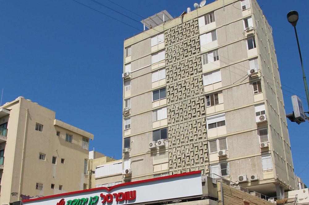 מגדל המגורים הראשון בישראל, ברחוב בן יהודה בתל אביב. בעבר איכלס בתחתיתו את קולנוע ''בן יהודה'', היום נותר רק ''שופרסל'' (צילום: מיכאל יעקובסון)