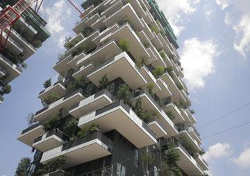 הצללה באמצעות עצי ענק היא החידוש של מגדלי Bosco Verticale (היער האנכי) במילאנו. שימוש בסיסי בצמחייה כדי להצליל ולקרר. מתי בישראל? (צילום: Barreca&LaVarra)