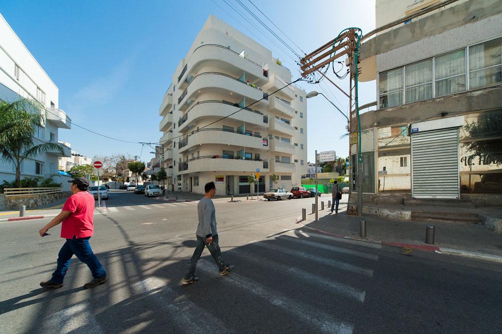 הבניין מבחוץ, בשכונת נווה שאנן בדרום תל אביב. בבניין הגדול כ-40 דירות: כמחציתן מושכרות באמצעות חברת ניהול ובמחיר אחיד של 3,000 שקל לדירת שני חדרים (צילום: עמרי אמסלם)