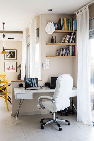שולחן העבודה הועבר לפינה לא מנוצלת בסלון (צילום: איתי בנית)