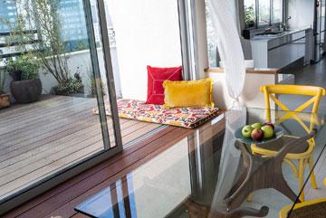 הספסל שליד שולחן האוכל ''מיישר קו'' עם הדק בחוץ (צילום: איתי בנית)