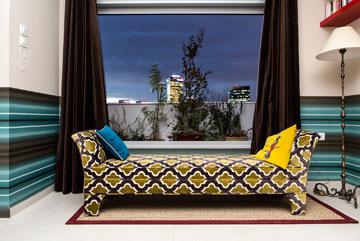 בחדר השינה ספסל מרוקאי שרופד מחדש (צילום: איתי בנית)