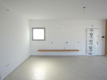 הסלון, ''לפני''. לבן, לבן ועוד לבן (צילום: ליאת עברון)