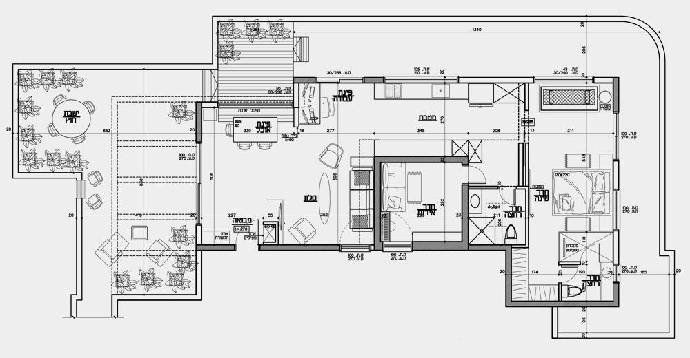 דירת הגג מוקפת במרפסות משלושה כיוונים: אפשר לצאת מהסלון, להקיף אותה ולהיכנס שוב דרך חדר השינה. המעבר הרחב בין הסלון לחדרי השינה נוצל לטובת מטבח מוארך (תכנית: ליאת עברון)
