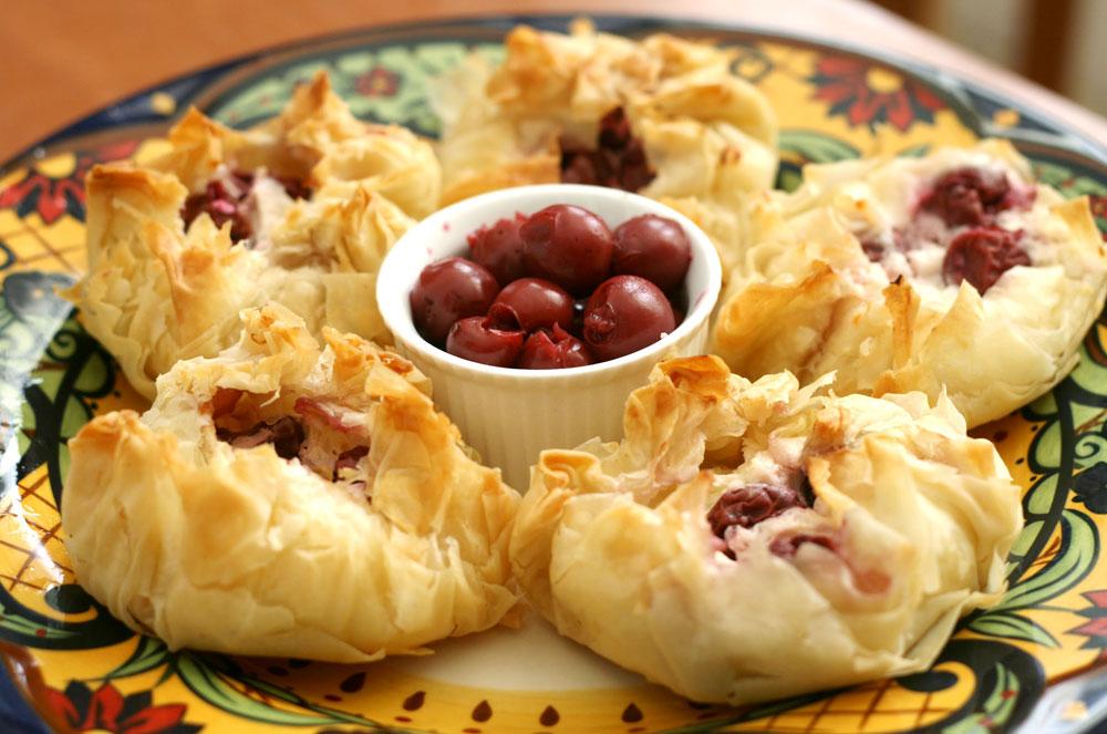 מפנק ודיאטטי. מאפי פילו במלית גבינות ודובדבנים (צילום: אבירם פלג )