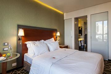 אחד מחדרי המלון. לא זול (צילום: טל ניסים)