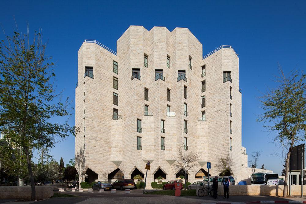 מלון ענבל (לרום) בירושלים. החזית מתבססת על משחק של משולשים, בהשראת אדריכלות ביזנטית, כך שמתקבל רושם של מצודה (צילום: טל ניסים)