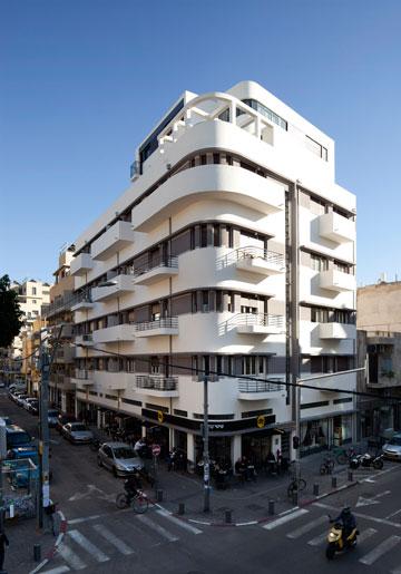 איך שומר הבניין ברחוב הרצל פינת פלורנטין? לחצו לקריאה (צילום: עמית גרון)