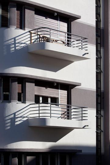 מרפסות זיז עם מעקות מתכת פשוטים אך אלגנטיים (צילום: עמית גרון)