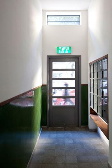 """""""במהלך העבודה המשיכו הדיירים לגור בבניין. גם בית הקפה המשיך לפעול"""". (צילום: עמית גרון)"""