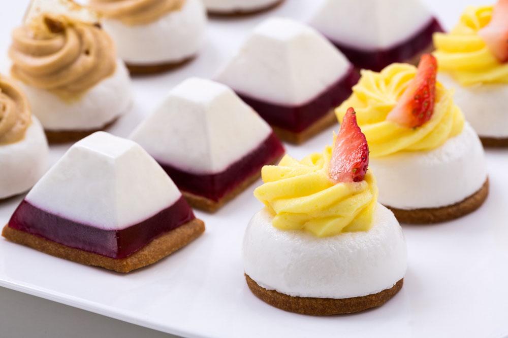 מיני עוגות גבינה עם קצפת לימון (צילום: בני גם זו לטובה)