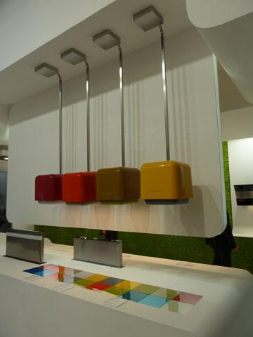 קולטי אדים בצורת קופסאות צבעוניות (צילום: רוני אביצור)
