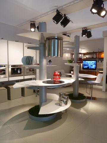 המטבח מסתובב כולו סביב ציר מרכזי שדרכו עוברות מערכות המים והחשמל, ומאפשר שימוש משתנה על פי הצורך  (צילום: רוני אביצור)