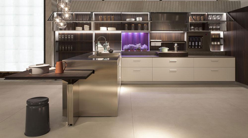 מטבח של Ernestomeda. השטח שבין משטח העבודה והארונות העליונים הופך לשימושי: האבזרים שכולנו מניחים ב''קצה השיש'' (תבלינים, קרש חיתוך, כוסות, מתקן ייבוש, כלי בישול וכדומה) מקבלים בו מקום של כבוד (צילום: Elio Basso)