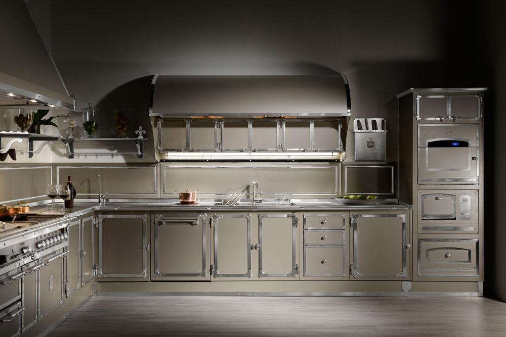 מטבח של Gullo kitchens. המטבח כמכונה, על שלל מרכיביה המחוספסים, ושימוש בחומרים תעשייתיים כמו נירוסטה, פלדה, בטון חשוף, פח, ברזל וזכוכית תעשייתית מחוסמת (צילום: אופיצ'ינה גולו)