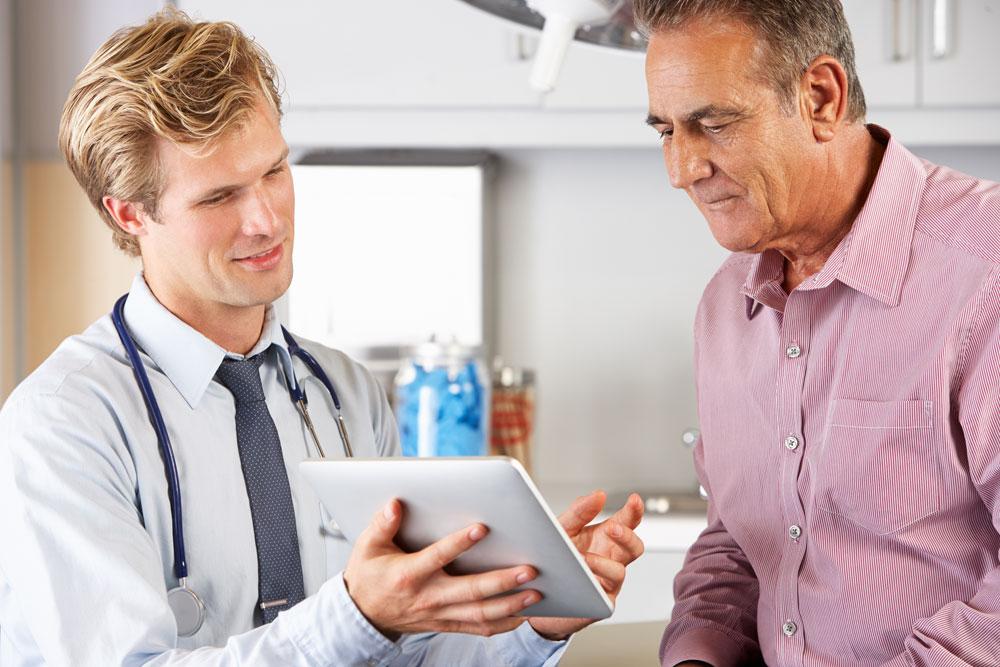 רופאים נוטים להמליץ על הטיפול שהם מכירים ויודעים לבצע  (צילום: shutterstock)
