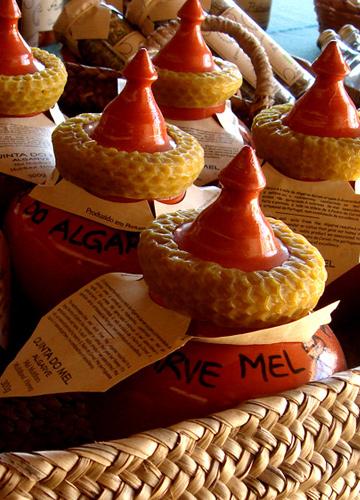 שווה לקנות את הדבש גם בגלל כלי הקרמיקה הייחודיים (צילום: נעם רוזנברג)