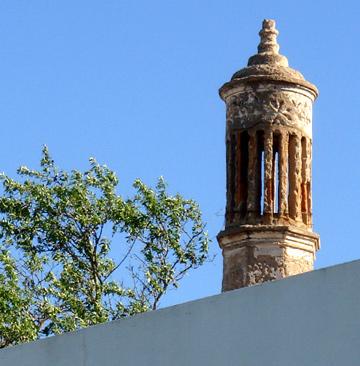 ארובות בבתי אנוסים מוסלמים בצורת מינרט במסגד (צילום: נעם רוזנברג)