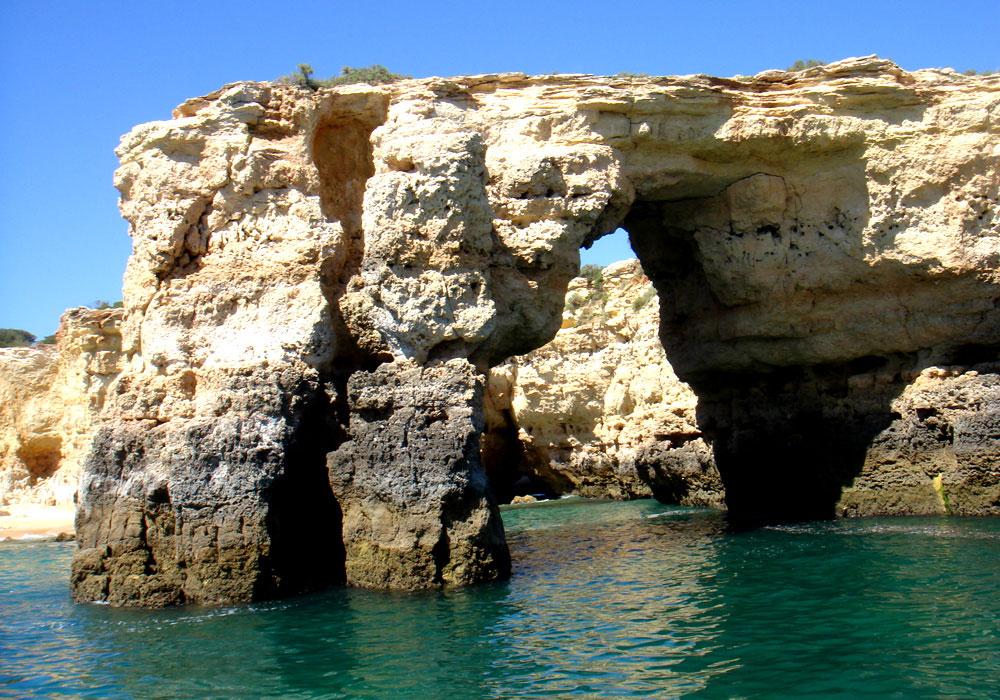 נקרות ומערות שחצבו מי האוקיינוס האטלנטי באבן במשך מיליוני שנים. מראות מהשיט הצמוד לחופים (צילום: נעם רוזנברג)