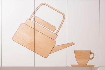על דלתות ארון המטבח הוטבעו בחיתוכי לייזר ציורים בהשראת עליסה בארץ הפלאות (צילום: שירן כרמל)