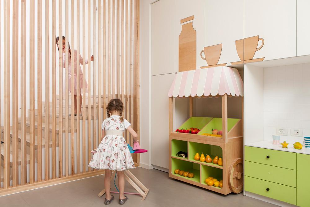 מחיצת רפפות מעץ מייפל מלווה את המדרגות שמחברות בין המרתף לבית. המשחקייה תוכננה להכיל עד עשרה ילדים בו זמנית (צילום: שירן כרמל)