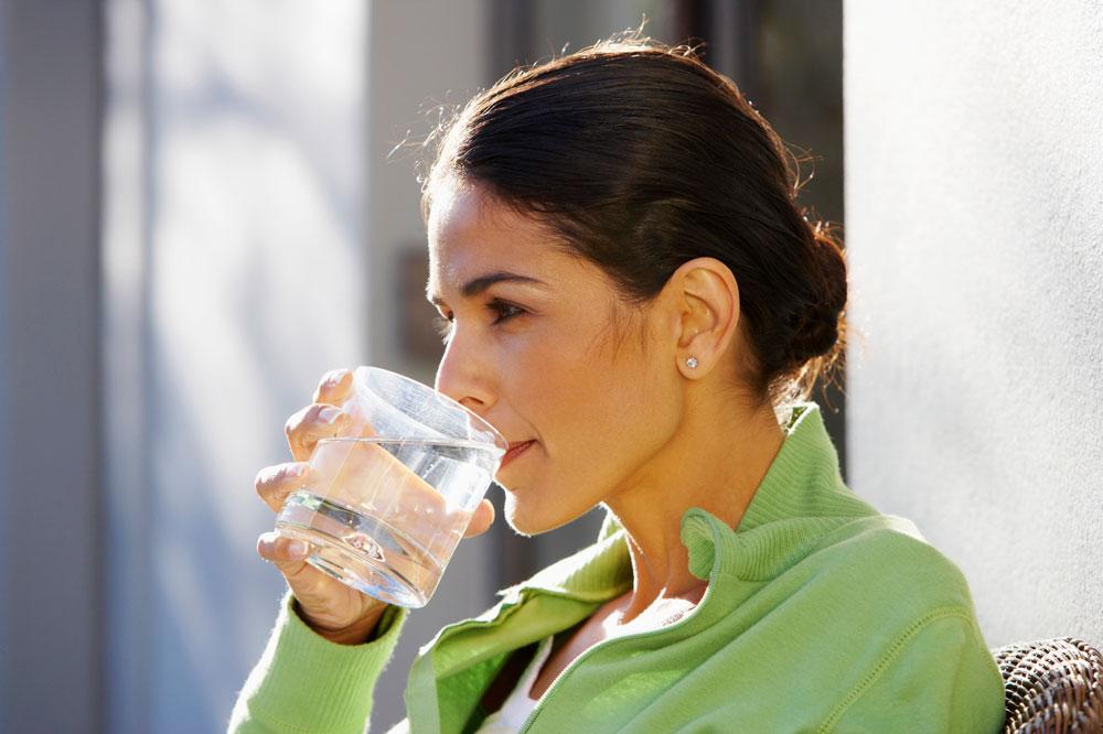 שתו ללא קשר לתחושת הצמא. חושבים שאתם רעבים? נסו לשתות קודם (צילום: thinkstock)