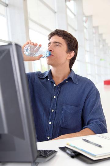 הניחו לידכם בקבוק שתיה אישי זמין (צילום: shutterstock)