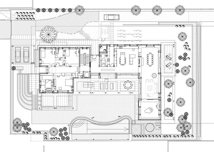 תוכנית קומת הכניסה: מבנה שעוטף את הגינה והבריכה המעוגלת. בחלק המזרחי של הבית נמצא חלל ציבורי ארוך ופתוח, ובצד המערבי חדרי שינה (תכנית: פלסנר אדריכלים)