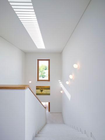 גרם המדרגות מואר בעזרת חלון סקיי-לייט ארוך (צילום: מיקאלה בורסטאו)