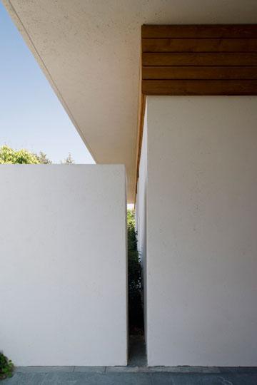 הקיר שליד דלת הכניסה נבנה במנותק מהבית (צילום: מיקאלה בורסטאו)