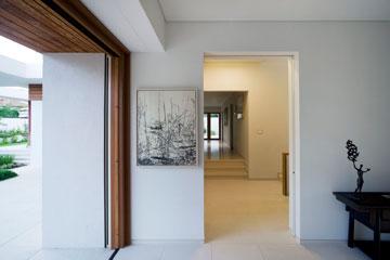 מבט לכיוון חדרי השינה בקומת הכניסה, אגף שמוגבה מהחלל הציבורי בשלוש מדרגות (צילום: מיקאלה בורסטאו)
