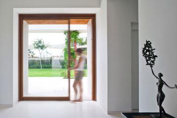 המראה מול דלת הכניסה: מימין חדרי שינה, משמאל המטבח, פינת האוכל והסלון, וממול יציאה לגינה (צילום: מיקאלה בורסטאו)
